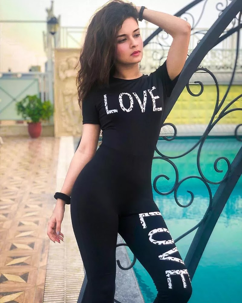 hot-avneet-kaur-in-black-top-stylish-hd-photo-getpics