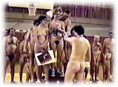 Голые натуралисты в спортзале. Олимпиада нудистов. Чешские нудисты играют в футбол. Соревнования голых нудистов.