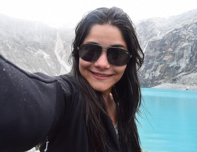 selfie de jovem morena com oculos escuro e jaqueta preta