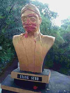 patung Eyang Suro di siram cat