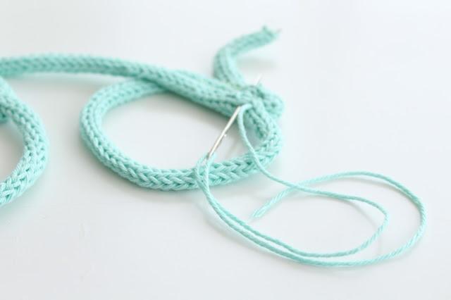 nombre personalizado con lana y tricotin