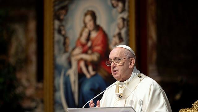 """El papa Francisco insta a """"tender la mano a los pobres"""" ahora que """"el mal"""" parece reinar"""