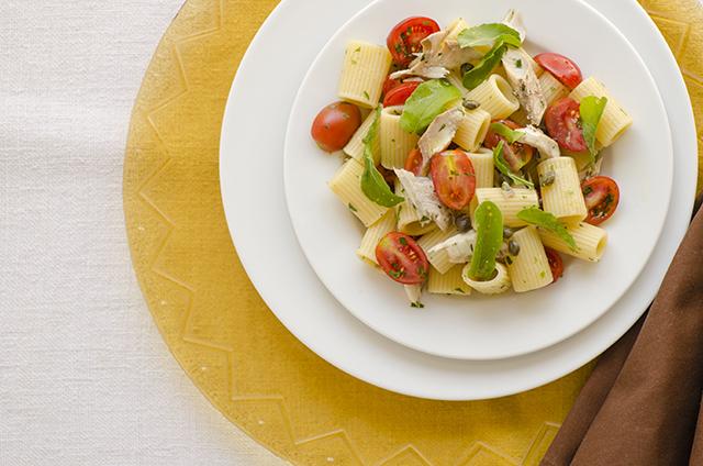 mezze maniche rigate con sgombro fresco e pomodori datterini