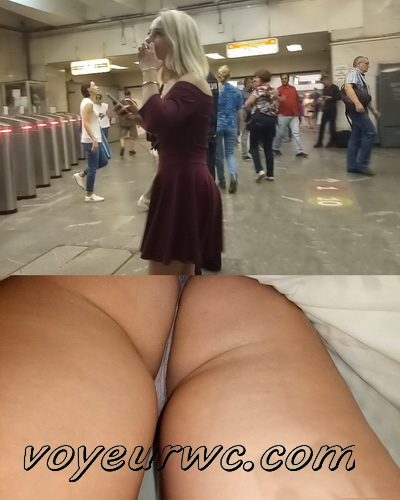 Upskirts 4309-4318 (Secretly taking an upskirt video of beautiful women on escalator)