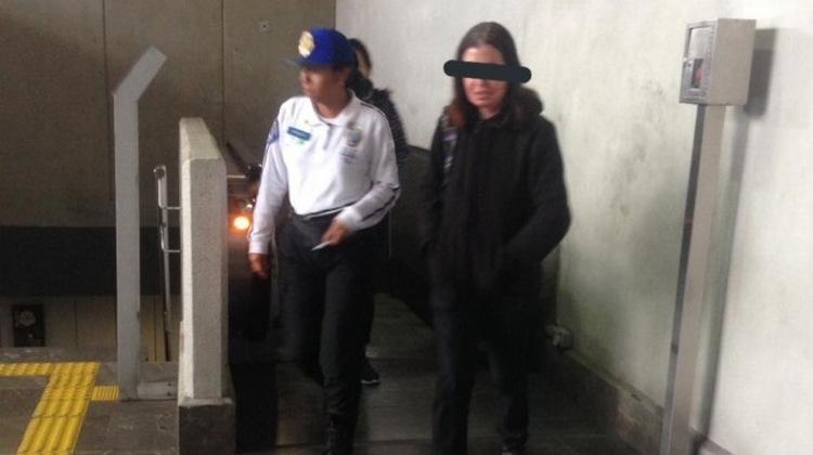 Policías arrestan a mujer por acosar a hombre en el Metro de la CDMX
