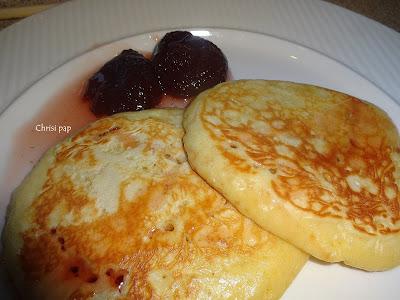 Δύο τηγανίτες η πανκεικς με ριρόπι φράουλας και δυο φράουλες γλυκό του κουταλιού
