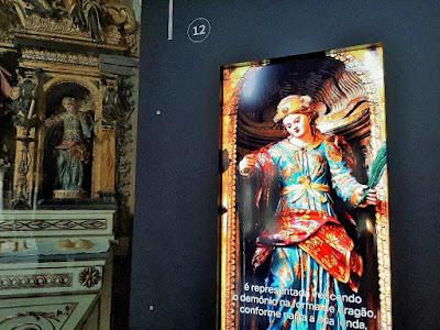 Altar de santa e painel explicativo