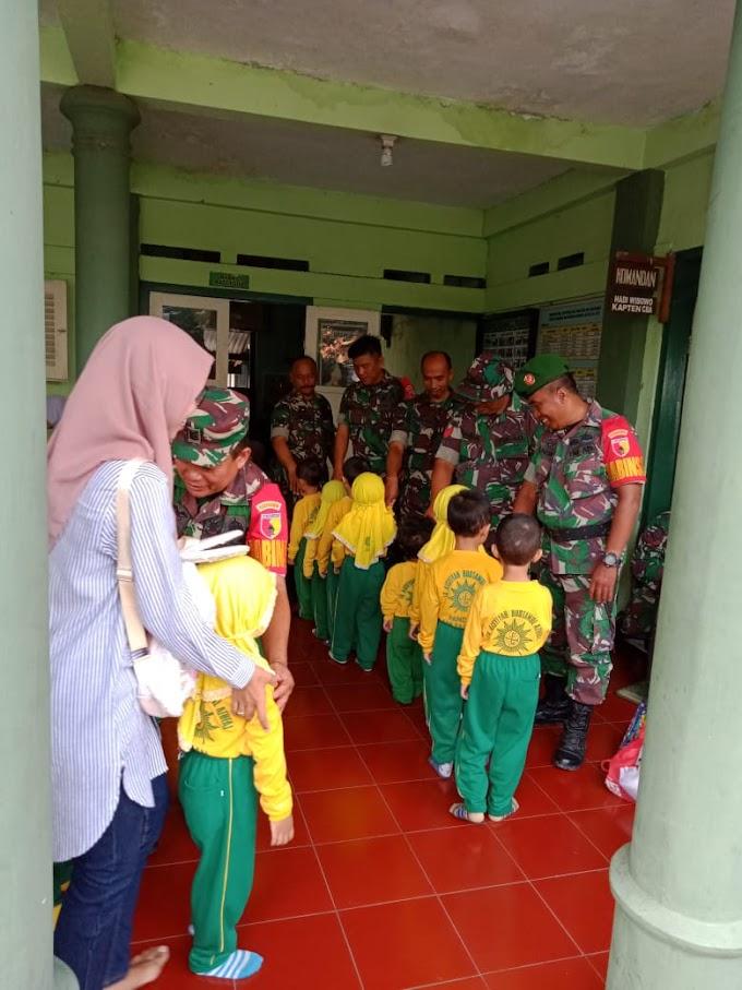 Siswa TK Aisyiyah Bostanul Alhfal Kunjungi Koramil 0819/18 Pandaan