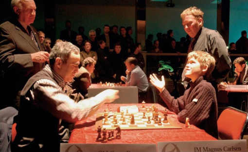 L'ex-champion du monde d'échecs Garry Kasparov face au futur champion du monde, Magnus Carlsen en 2005