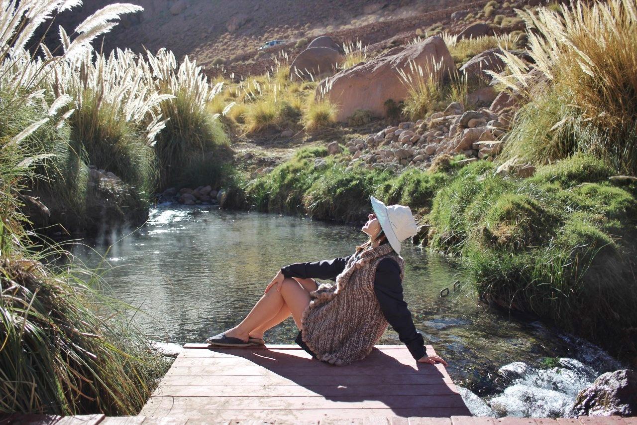 Observando para cima fora da piscina natural das Termas de Puritama.