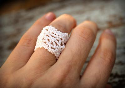 купить необычные украшения ручной работы из бисера широкое женское ажурное кольцо на палец 17 размера