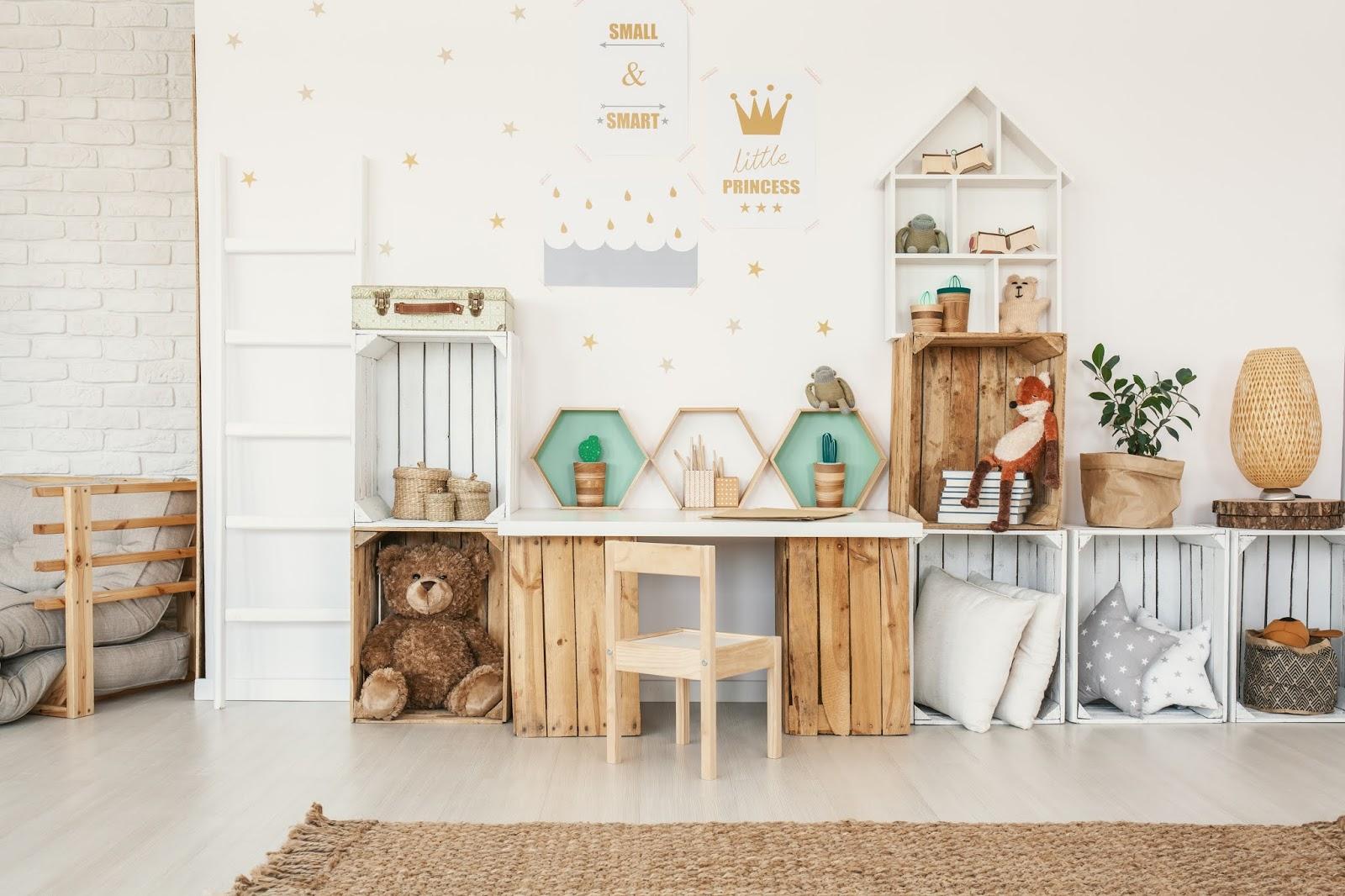 Dormitorio infantil con estanterías realizadas con cajas de fruta pintadas