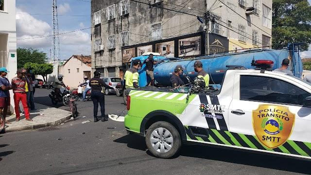 Jacobina: Motociclista fica ferido ao colidir com carro-pipa no cruzamento do Colégio Euzébio de Queiroz em Jacobina