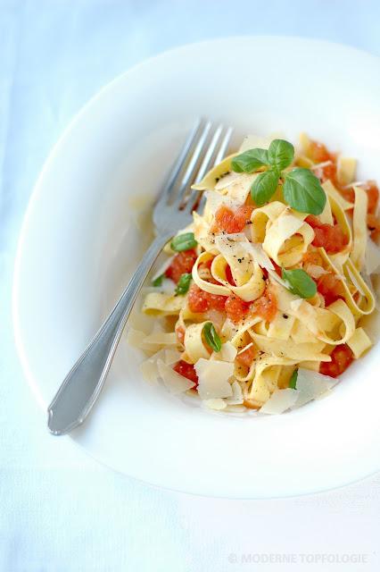 Hausgemachte frische Pasta mit Tomatensauce und Basilikum