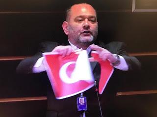 نائب يوناني متطرف يمزق العلم التركي في البرلمان الأوروبي والخارجية التركية ترد (فيديو)