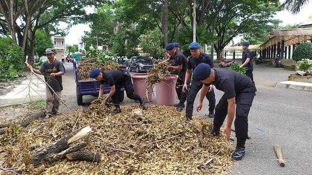 Gelar Jumat Bersih, Satu Peleton Brimob Bersihkan Masjid Al Markaz Bone