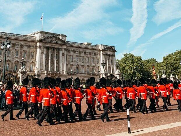 Inilah alasan kenapa tentara penjaga ratu inggris bertopi tinggi