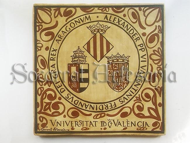 Socarrat escudo de la Universidad de Valencia al estilo Socarrat, con los escudos de la família Borja, El Reino de Aragón y la Ciudad de Valencia. Socarrat Artesanía. Camateu