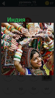 несколько женщин в национальных одеждах в Индии