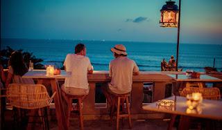 Ji Terrace by The Sea Bali, menikmati hidangan saat matahari terbenam