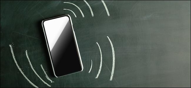 الهاتف الذكي يهتز مع إشعار وارد