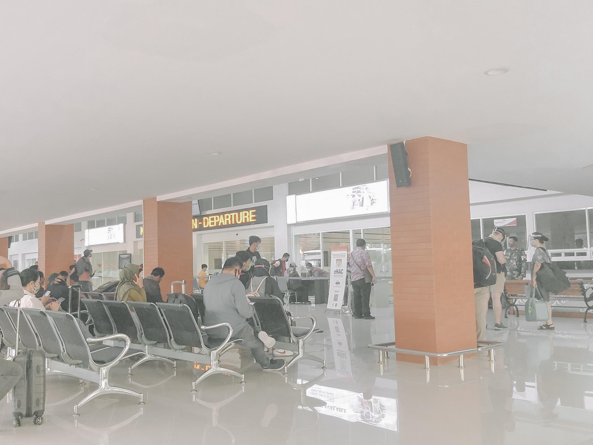 antian-dokumen-bandara-adi-sumarmo