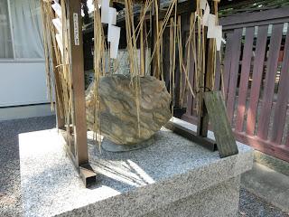 若宮八幡宮蓬莱石