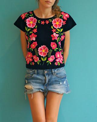 outfit con shorts y blusa floreada negra