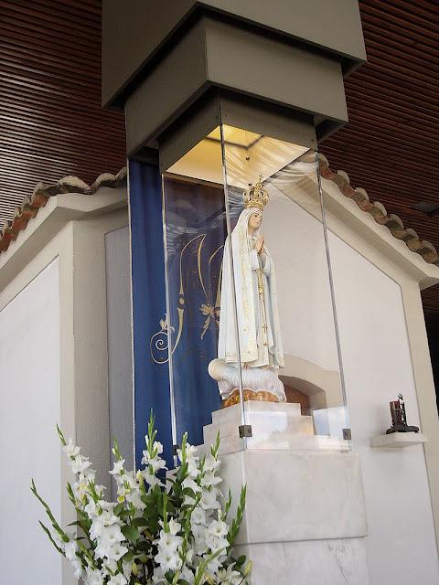 A Capelinha das Aparições é uma capela localizada na Cova da Iria