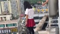 Συγκλονιστικό βίντεο: Δάσκαλος- ήρωας σώζει μαθήτρια από αυτοκτονία