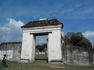 Pintu Paduraksa yang menghubungkan ruangan di Keraton Kaibon