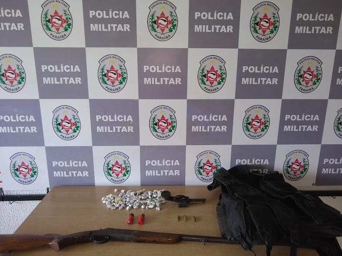 Polícia desarticula boca de fumo e prende suspeito com armas de fogo e drogas na capital