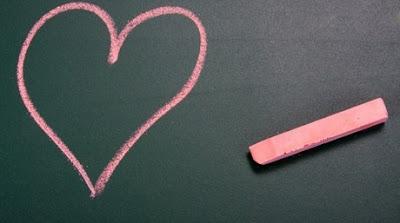 coeur-rose-rouge-dessin-a-la-craie-ardoise