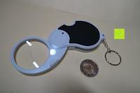 Größenvergleich: Einklappbare Alltags Lupe mit LED Licht - Kompakt und überall einsetzbar