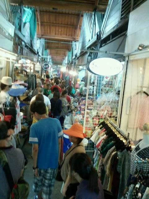 Largos y cargados pasillos en el mercado de Bangkok