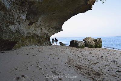 Melewati karang di Pantai Geger - Backpacker Manyar