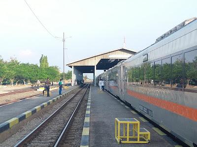 Kereta Api berhenti di sebuah stasiun