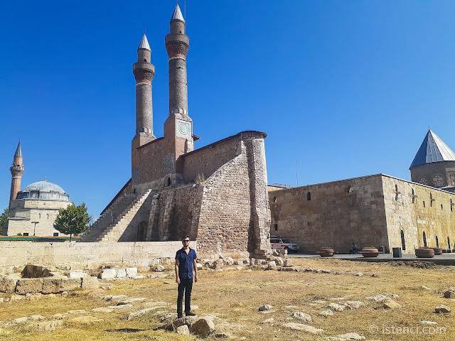 Harun İstenci Sivas'ta bulunan Çifte Minareli Medrese'yi ziyaret ediyor...
