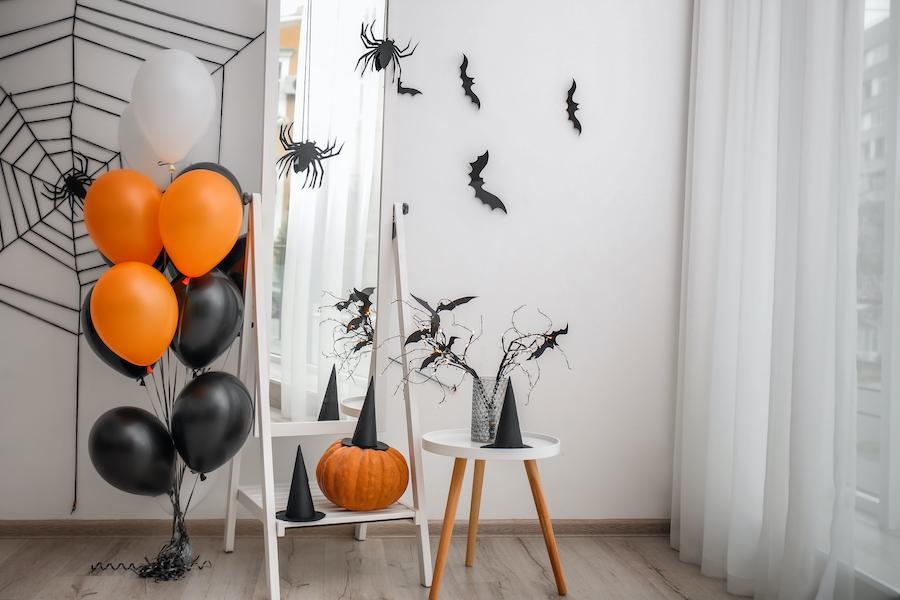 Rincón con espejo con decoración de halloween: globos, arañas...