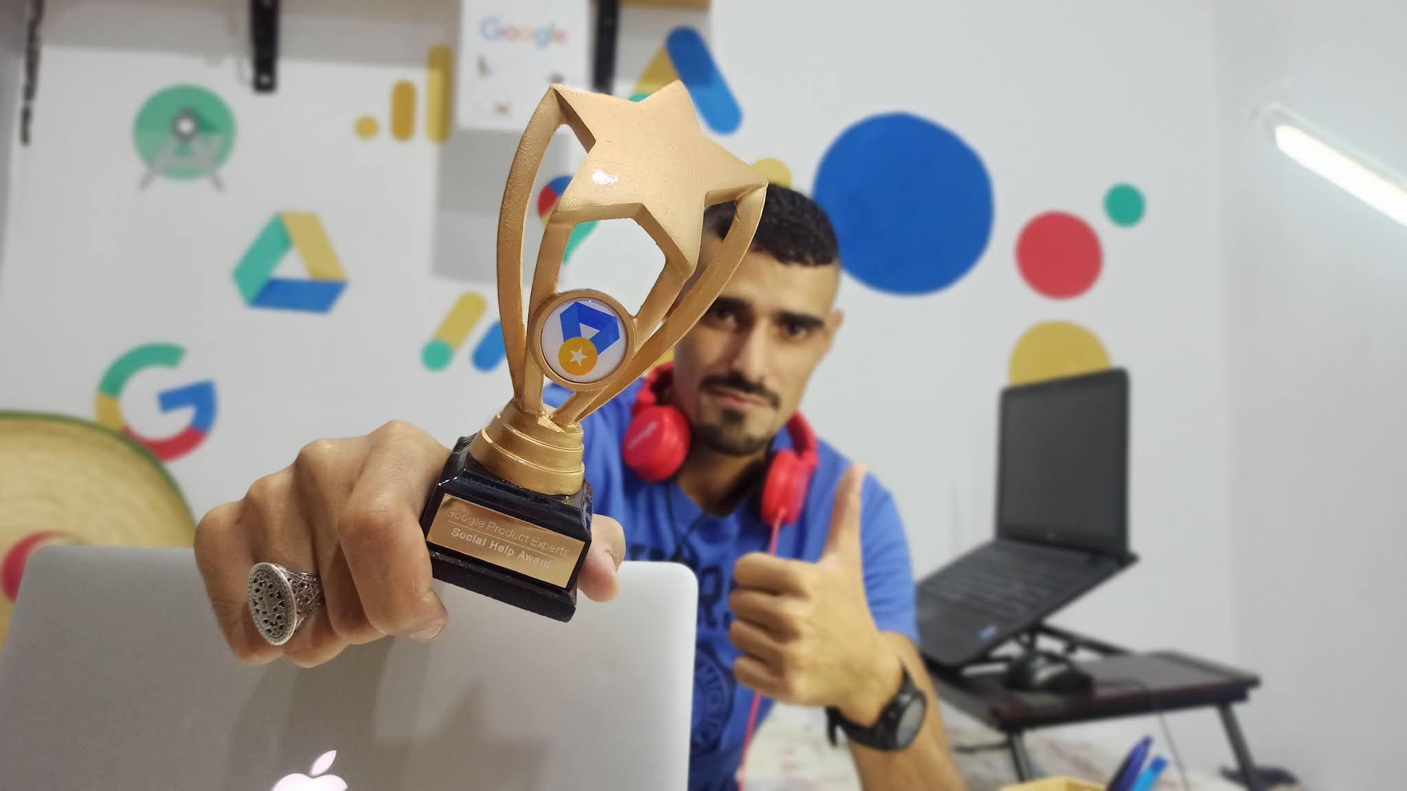 """محمد الورياغلي يُمسك بيده كأس """"جائزة السّفير"""" من برنامج خبراء منتجات Google"""