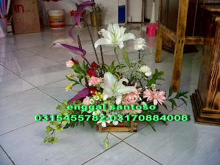 rangkaian karangan bunga meja mini