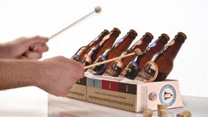 memainkan alat musik sederhana dari botol dan air www.jokowidodo-marufamin.com