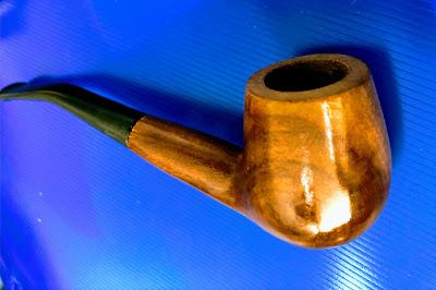 A foto mostra o cachimbo de madeira nobre (Mogno) para as pessoas fumarem o tabaco mais pesado e outras pessoas utilizam para fumar várias outras  drogas ilícitas.