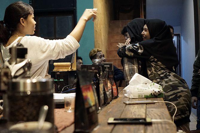 Para pengunjung rata-rata kenal barista