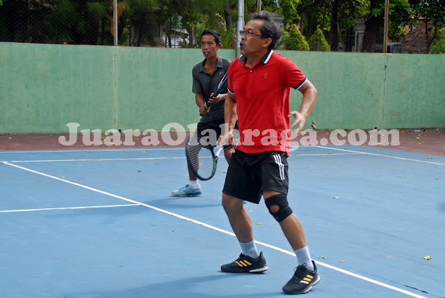 Tennis: Aji Santoso (kaos merah) dan Kusmeidi
