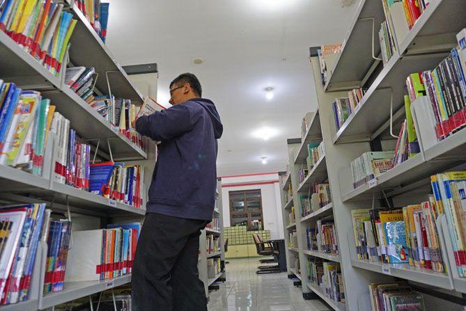 Rak-rak buku di ruang baca Arpusda Wonosobo