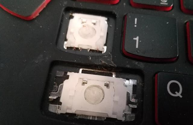 Panowie serwisanci Lenovo zdejmują klawisze i szukają cieczy!