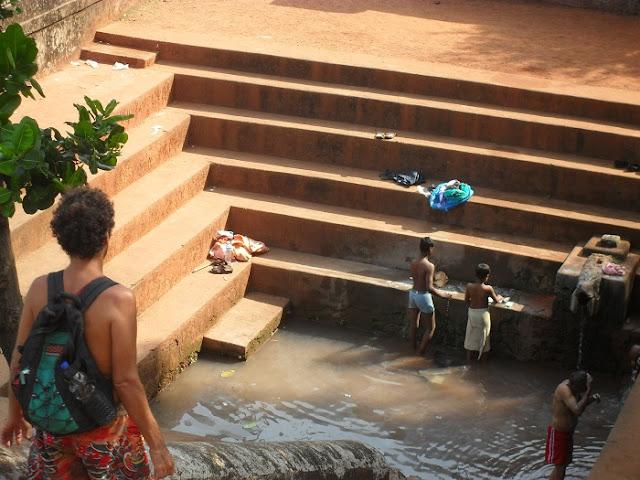 индусы моются на улице в общественной купальне