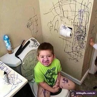 Niño se pinta cara y pinta todo el cuarto de baño