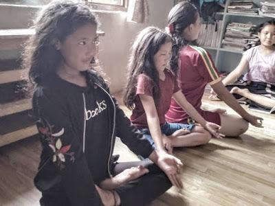 Clase de yoga con los niños y niñas de Katmandú